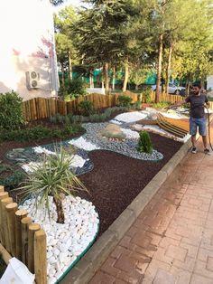 Favorite Dry Garden Landscaping You Must Have - Kitchen Inst Front Yard Garden Design, Front Garden Landscape, Rock Garden Design, Backyard Garden Design, Landscape Design, House Landscape, Home Landscaping, Landscaping With Rocks, Front Yard Landscaping