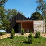 Situated in a quiet area about 350 meter from the water edge on Råbylille beach, the Black& Bright house was designed by German architect Jan Henrik Jansen