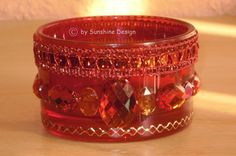 Ein bezauberndes Kerzenglas in einem herrlichen Rot nach eigenen Ideen von mir in liebevoller Handarbeit verziert.    Unikat von Sunshine Design!