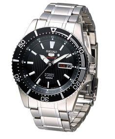 Montre Homme Seiko 5 SRP553J1, bracelet et boîtier acier, cadran noir et lunette rotative.