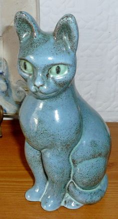 """AN UNUSUAL CAT STONEWARE FIGURINE BY THE ARTIST LASZLO BRUCKNER WHO WORKED IN VIENNA UNTIL 1936 AND THEN IN LONDON FROM 1949/ 1960 WITH BIRD BACKSTAMP AND MADE IN ENGLAND 7"""" TALL"""