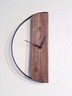 "Clocks – Driftwood – ""half"" wall clock – a unique product by nordic-Art on DaWanda – Gippy Ashish Jain – Join the world of pin Clock Art, Diy Clock, Clock Decor, Unique Wall Clocks, Wood Clocks, Driftwood Lamp, Wooden Statues, Wall Clock Design, Modern Clock"