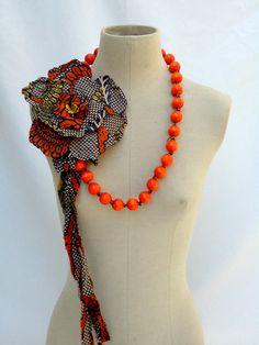 collier perles en bois orné d'une fleur batik par severineledore, €65.00