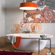"""Desejo do dia: uma """"sala de banho"""" como esta. Além de uma banheira linda obras de arte para inspirar os momentos de relaxamento."""