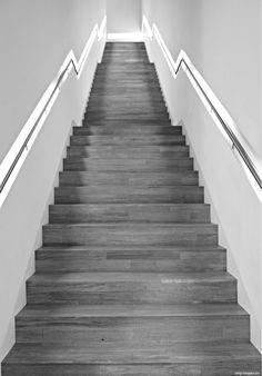 Beleuchtung trägt immer mehr zur Benutzerfreundlichkeit und Barrierefreiheit einer Treppe bei. Besonders häufig werden die Stufenbeläge aus dem gleichen Material und der gleichen Oberfläche wie die angrenzende Parkettböden hergestellt, was nicht nur bei älteren Menschen zu einem Problem werden kann. Die Stufenkanten sind nicht genug konstrastiert und können nicht genau lokalisiert werden, was beim Begehen Unsicherheit und Unfallgefahr bedeutet. Licht kann hier eine deutliche Verbesserung…