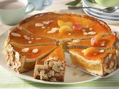 Připravte si osvěžující koláč s výbornou meruňkovou náplní s kousky pražených mandlí! Czech Recipes, French Toast, Pudding, Breakfast, Food, Cakes, Morning Coffee, Cake Makers, Custard Pudding