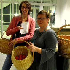 Anna Solovjew-Wartiovaara ja Katri Vänttinen jakoivat kevään 2013 koulutusesitteitä ja mandariineja 15.1. aamulla Toimitustalon aulassa töihin saapuville yleläisille.
