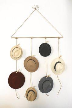 紫外線対策やコーデのアクセントに重要なキャップやハット。 でも、帽子コレクターにありがちなのが、どこに収納したらいいのかわからない!という問題。 お部屋がごちゃごちゃしてしまう原因になりがちな、帽子収納をDIYで解決しましょう♪