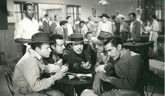 """Joaquín Gracia """"Borlas"""", José Ortega """"El Sapo"""", Germán Valdes """"Tin tan"""", Juan Garcia """"Peralvillo """" y Ramón Valdes en la película """"El Rey del Barrio"""". 1949."""
