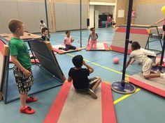 Flipperkast: Je zit op je knieën op een matje en verdedigt je doel. Alleen tegen de bal slaan, niet kleven/gooien. Kids Gym Games, Sports Games, Kids Sports, Pediatric Physical Therapy, Physical Education, Motor Activities, Activities For Kids, Sport Snacks, School Bo