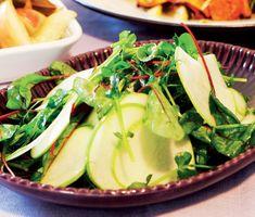 Uppfriskande sallad med äpplen, mangold och ärtskott, ett fräsch alternativ till den klassiska grönsalladen! Citronjuicen tar fram det bästa av smakerna i salladen.