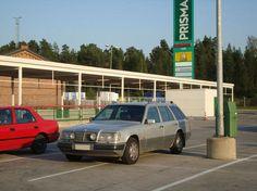 Auto, joka tarvitsi pysäköintiin neljä parkkiruutua.