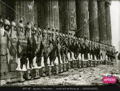 Πάνω: σειρά νεαρών γυναικών του Λυκείου των Ελληνίδων με αρχαιοπρεπές ένδυμα και στεφάνια στα χέρια, κάτω: σειρά ευζώνων κρατούν τις σημαίες των ολυμπιακών κρατών, στον ναό του Παρθενώνα.   ΣΥΛΛΟΓΉ ΠΕΤΡΟΥ ΠΟΥΛΙΔΗ