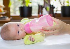 Vezi ce este laptele formula, cate tipuri exista si cum ii poti da laptele praf bebelusului tau atunci cand nu sunteti acasa.