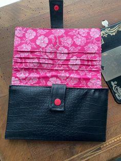 Compagnon Complice en simili noir croco et coton rose cousu par Sophie - Patron Sacôtin