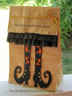 Dulceros Halloween, Halloween School Treats, Adornos Halloween, Manualidades Halloween, Halloween Favors, Halloween Treat Bags, Holidays Halloween, Halloween Decorations, Paper Bag Crafts