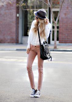 La prenda de está semana con la cual vamos a armar el look son unos jeans de un color rosa pálido muy lindos. Y como siempre me puse a inve...