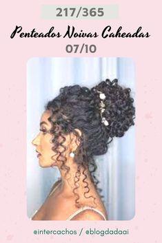 Penteados para Noivas Caheadas & Crespas #penteadosparanoivas #noivascacheadaseCrespas Dreadlocks, Hair Styles, Beauty, Curly, Up Dos, Engagement, Tips, Hair Plait Styles, Hair Makeup