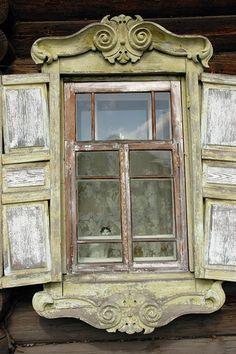 Yeniseysk - Ventanas de madera con gato. Casa de troncos