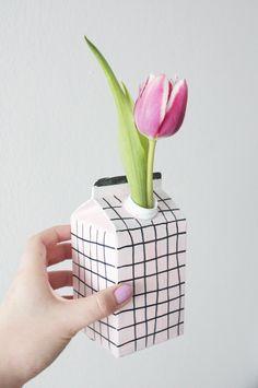 Heute gibt es ein easy Upcycling Projekt für euch: Ich zeige euch wie ihr ganz schnell eine DIY Vase aus Tetrapack basteln könnt