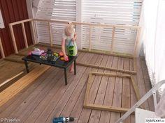 Platsbyggd soffa på altanen - Hemma hos Pysselvix Deck Seating, Backyard Seating, Backyard Garden Design, Garden Seating, Wooden Garden Furniture, Outdoor Furniture Plans, Outside Furniture, Diy Deck, Diy Patio