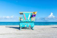 カラフルすぎる監視台♡ マイアミビーチを彩るポップな建物たち真っ青な海をバックに撮影された色とりどりの建物たち♫ これらはマイアミビーチにあるライフガードのための監視台で、ニューヨークを拠点にする写真家・ Richard Silverさんが撮影を続けているんだそうです。