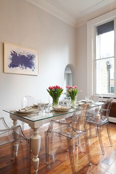 Interior Design Inspiration – Our portfolio showcases how we re-invent a tired two-storey apartment on Mayfair's iconic Green Street. Green Street, Contemporary Interior Design, Traditional Decor, Interior Design Inspiration, Design Ideas, Decor Styles, Dining Table, Living Room, Plastic Chairs