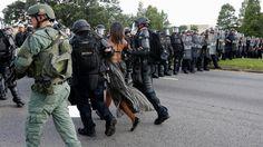 La foto contra la violencia racial en EE.UU. que se convirtió en un ícono  La manifestante Ieshia Evans es detenido por la policía cerca de la sede del Departamento de Policía en Baton Rouge, Louisiana, Estados Unidos. Foto: Reuters / Jonathan Bachman