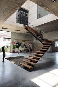 This is a floating staircase design that you can apply to your home. Besides adding a modern impression, it also makes the room look more fresh. Loft Staircase, Interior Staircase, Floating Staircase, House Stairs, Staircase Design, Spiral Staircases, Modern Staircase, Architecture Durable, Stairs Architecture