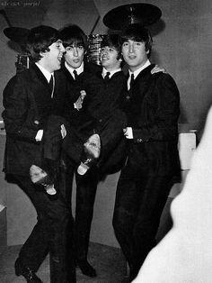Paul McCartney, George Harrison, Richard Starkey, and John Lennon The Beatles, Foto Beatles, Beatles Photos, John Lennon Beatles, Beatles Funny, Paul Mccartney, Historia Do Rock, El Rock And Roll, Richard Starkey