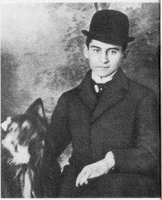 Franz Kafka (Praga, 1883 - Kierling, Austria, 1924) Escritor checo en lengua alemana. Nacido en el seno de una familia de comerciantes judíos, Franz Kafka se formó en un ambiente cultural alemán, y se doctoró en derecho. Pronto empezó a interesarse por la mística y la religión judías, que ejercieron sobre él una notable influencia y favorecieron su adhesión al sionismo.