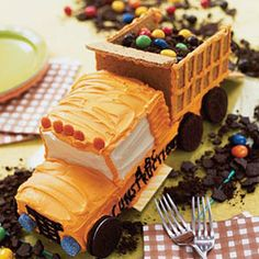 Dump Truck Cake Know a sweet-toothed child who loves noisy machines and trucks, or who is always walking around with a tool belt just like Dad's? Make him this darling dump truck cake, filled with crushed cookies and candy instead of dirt. Fancy Cakes, Cute Cakes, Dump Truck Cakes, Cakes For Boys, Boy Cakes, Creative Cakes, Amazing Cakes, Eat Cake