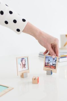 As a spin-off of last year& popular Valentine& Day gift idea, we& making these DIY wooden polaroid displays with a video tutorial and all! Kids Crafts, Diy And Crafts, Craft Projects, Polaroid Display, Polaroid Frame, Diy Polaroid, Cool Diy, Easy Diy, Diy Stockings