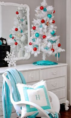 44 Awesome Red And White Christmas Tree Decoration Ideas. Everywhere you look this time of year you'll see Christmas tree decoration ideas. White Christmas Tree Decorations, Aqua Christmas, White Christmas Trees, Christmas Bedroom, Christmas Colors, All Things Christmas, Christmas Holidays, Vintage Christmas, Christmas Ideas
