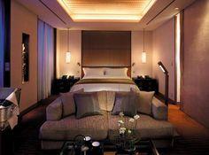 ザ・ペニンシュラ東京でのエグゼクティブスイートにおける客室設備に関する情報。宿泊ルームの概要、バスルーム、オーディオビジュアル設備、アメニティ、サービスに関する詳細が含まれます。
