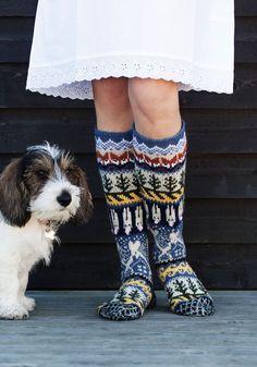 Neuleryhmissä on talven mittaan neulottu ihania mökkisukkia, joiden kuvio oli alun perin osa Metsänväki-sukkia. Wool Socks, Knitting Socks, Hand Knitting, Cable Knitting Patterns, Thigh High Socks, How To Start Knitting, Leg Warmers, Mittens, Knit Crochet