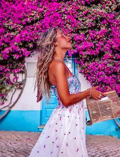 Burgau, Portugal. Mural de flores buganvilleas Portugal, Algarve, Travel Guide, Photo Ideas, Dresses, Fashion, Flower Mural, Shots Ideas, Vestidos
