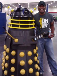 Christopher Judge (Teal'c from stargate SG1) wearing a George Takei shirt standing next to a Dalek.... So. much. AWESOME!