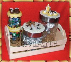 Cabaz com frascos decorados com biscuit.