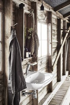 [Mixing styles in bathroom design Cottage Bath, Rustic Cottage, Cottage Homes, Cottage Style, Scandi Home, Scandinavian Home, Industrial Interiors, Rustic Interiors, Tiny Beach House