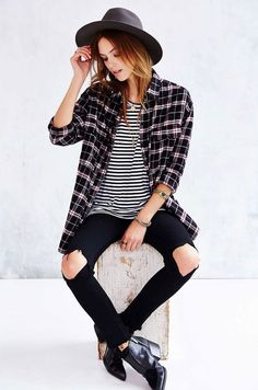 Calça jeans preta com rasgo no joelho + listra + xadrez.                                                                                                                                                      Mais