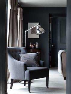 Staande lamp Neptune Hanover naast grijze stoel