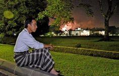 Selamat pagi Mas bro dan Mbak sis… Tepat pukul 00.00 1/1/17 akun Twitter resmi Presiden Republik Indonesia Joko Widodo memposting foto Sang Presiden yang sedang duduk sarungan di halaman Ista…