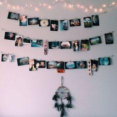 Гирлянда и фотографии на стене