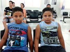 Os gêmeos Paulo Henrique e Júlio Cesar, de 9 anos, no Poupatempo Andradina