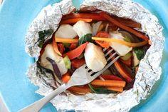 Fiskepakke med fargerike grønnsaker og sitrondressing