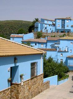 #Juzcar : le #village des #Schtroumpfs en Espagne : Si vous avez envie de voir la vie en bleu, rendez-vous en Espagne à Juzcar ! Ce petit village d'Andalousie est devenu une attraction touristique depuis que ses maisons, ses commerces, sa mairie et même son église ont été peints de la couleur de Schtroumpfs.