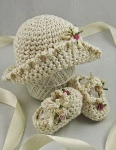 Crochet booties and hat~❥ Crochet Baby Clothes, Crochet Baby Shoes, Crochet Crafts, Crochet Projects, Baby Patterns, Crochet Patterns, Baby Knitting, Loom Knitting, Crochet Cap