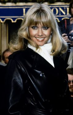 Leather Coat Daydreams: Olivia Newton John looking sensational in a black leather trench coat 1978 Olivia Newton John Young, Olivia Newton John Grease, Gothic Lolita Fashion, Punk Fashion, Fashion Boots, Punk Rock Outfits, Emo Outfits, Leather Trench Coat, Trench Coats