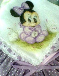 Fralda luxo pintada a mão com babado de tecido e passafita  O jogo contem uma fralda manta e uma fralda para limpar a boca do bebe R$85,00